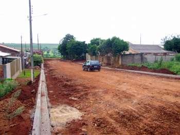 Parte do bairro já recebeu a terraplenagem e teve o meio-fio executado