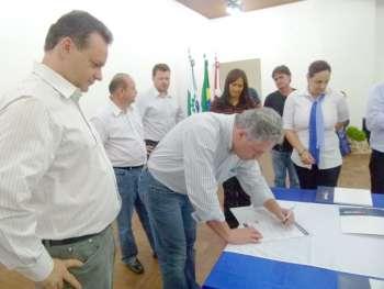 O deputado Douglas Fabrício assinou os convênios como representante do Governdo do Estado