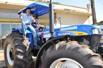 O trator agrícola esteve exposto durante a ComcamFest, na oportunidade um técnico da Funasa e o deputado Frangão posaram para foto com o prefeito de Ubiratã
