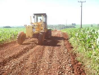 O cascalhamento beneficia os avicultores, os agricultores e os estudantes que necessitam do transporte escolar