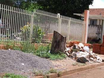 Os entulhos e restos de construção não podem mais ser deixados em frente às obras, como mostra a foto acima