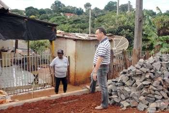 Durante visita ao local beneficiado com pavimentação poliédrica, o prefeito conversou com moradores sobre a execução dos trabalhos