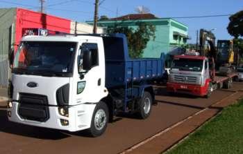 A chegada do caminhão e da retroescavadeira foram marcadas por uma carreata pelas principais ruas e avenidas da cidade