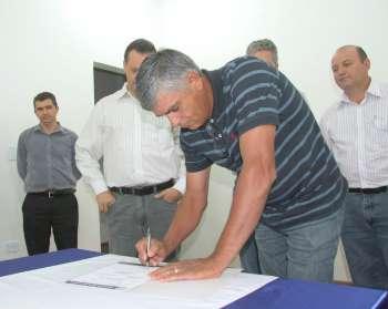 O convênio de pavimentação asfáltica da Av. Waldir de Oliveira também foi assinando na noite de sexta-feira
