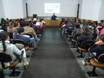 Durante o programa o instrutor destaca aos alunos que os órgãos policiais estão para ajudar a população