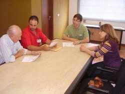 Representantes das entidades durante assinatura de termo