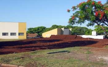 A cerimônia de lançamento da pedra fundamental aconteceu em frente o terreno onde será edificado o prédio da Câmara de Vereadores