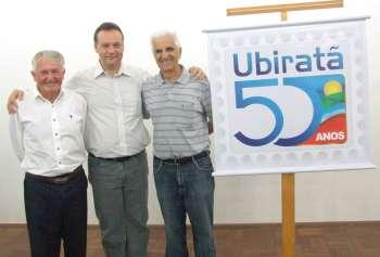 Atual prefeito ladeado pelos ex-prefeitos Osmar João Bertoli (à esq.) e Áureo Zamprônio (à dir.)