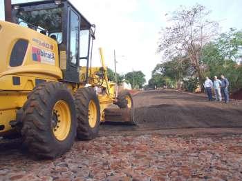 Prefeito e secretário de Serviços Urbanos e o chefe de Gabinete acompanharam os trabalhos de pavimentação de trecho da Rua Floriano Peixoto