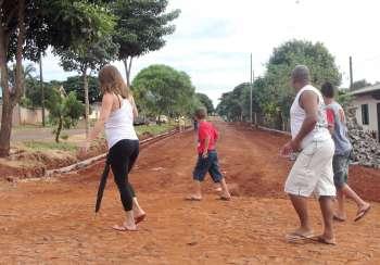 Moradores observam início dos trabalhos na Avenida Ascânio Moreira de Carvalho