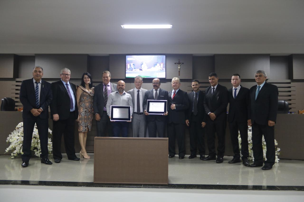 """Vereadores entregam o Título de Cidadão Benemérito ao apresentador Edson Morais e o Título Honorífico de """"Emissora de Televisão Modelo"""" à TV TAROBÁ de Cascavel."""
