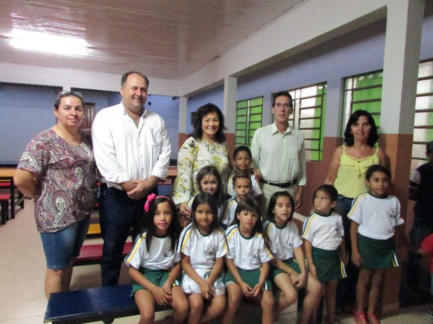 Secretaria de Educação faz entrega de unifmores escolares e brinquedos aos CMEI′S