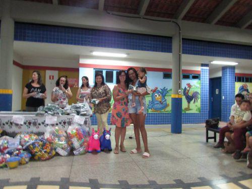 Secretária de Educação e Prefeita Municipal fazem entregas de unifmores escolares e brinquedos aos CMEI′S
