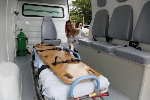 Deputada Maria Victoria entregando Ambulância