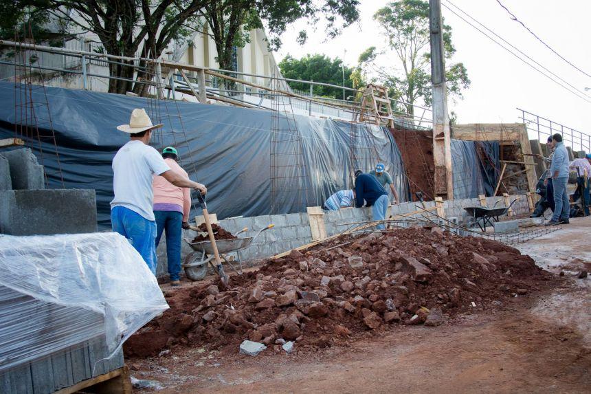 Muro de pedra da Av: Brasilia está próximo de ser concluído
