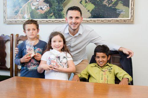 Prefeito Clodoaldo Recebeu Visita de alunos em seu Gabinete