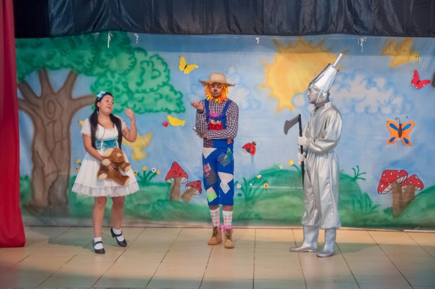 """Espetáculo """"O Mágico de Oz"""" é encenado para alunos da rede municipal"""