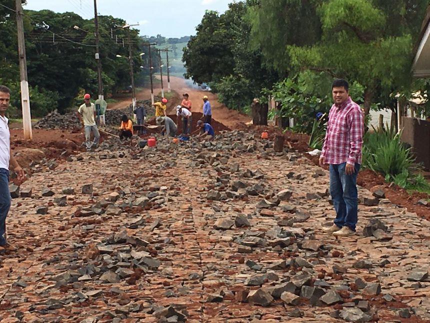 Obras de calçamento com pedra irregular avançam nos distritos