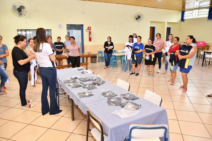 Professores e funcionários da educação recebem uniformes em São João do Ivaí