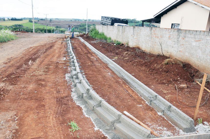 Prefeitura conclui construção de meios-fios no Conjunto Dona Valda
