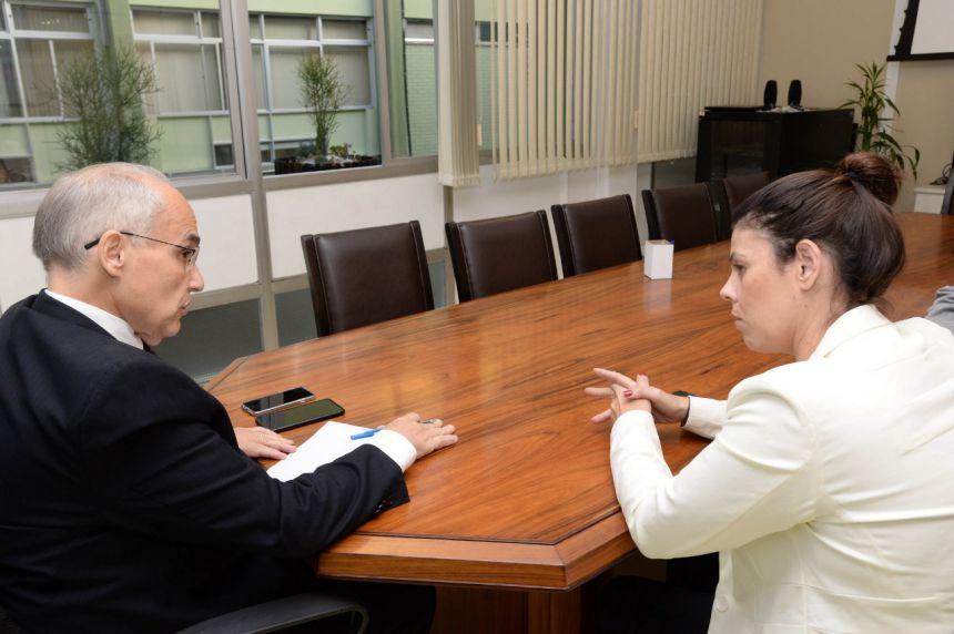 Carla solicita recursos do Governo do Estado para aquisição do prédio onde funciona hospital