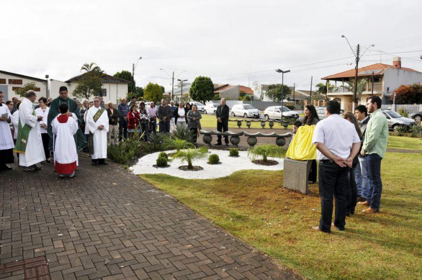 Praça Salvador Albertini é inaugurada com celebração religiosa