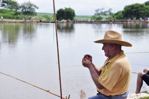 Pesca no lago municipal promove o lazer em família e atrai visitantes da região