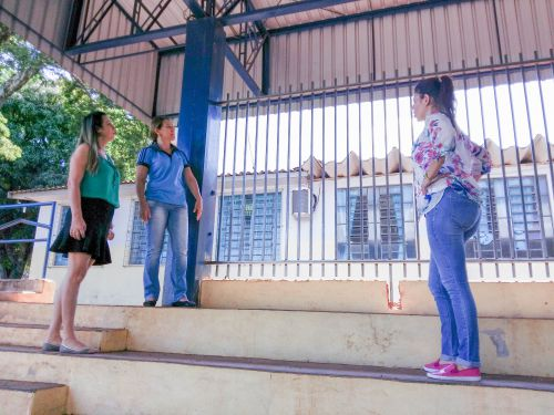 Após reivindicação dos pais, prefeitura instala grades de proteção na Escola Tancredo Neves