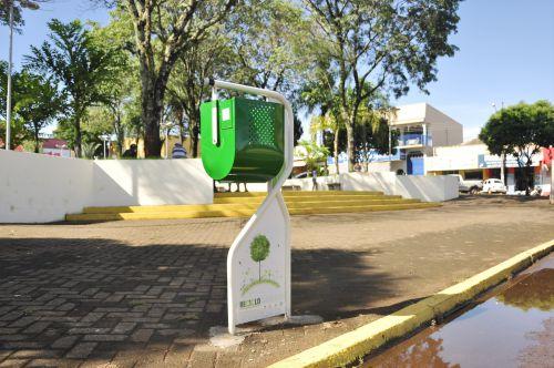Prefeitura de São João do Ivaí instala lixeiras na Praça Duque de Caxias