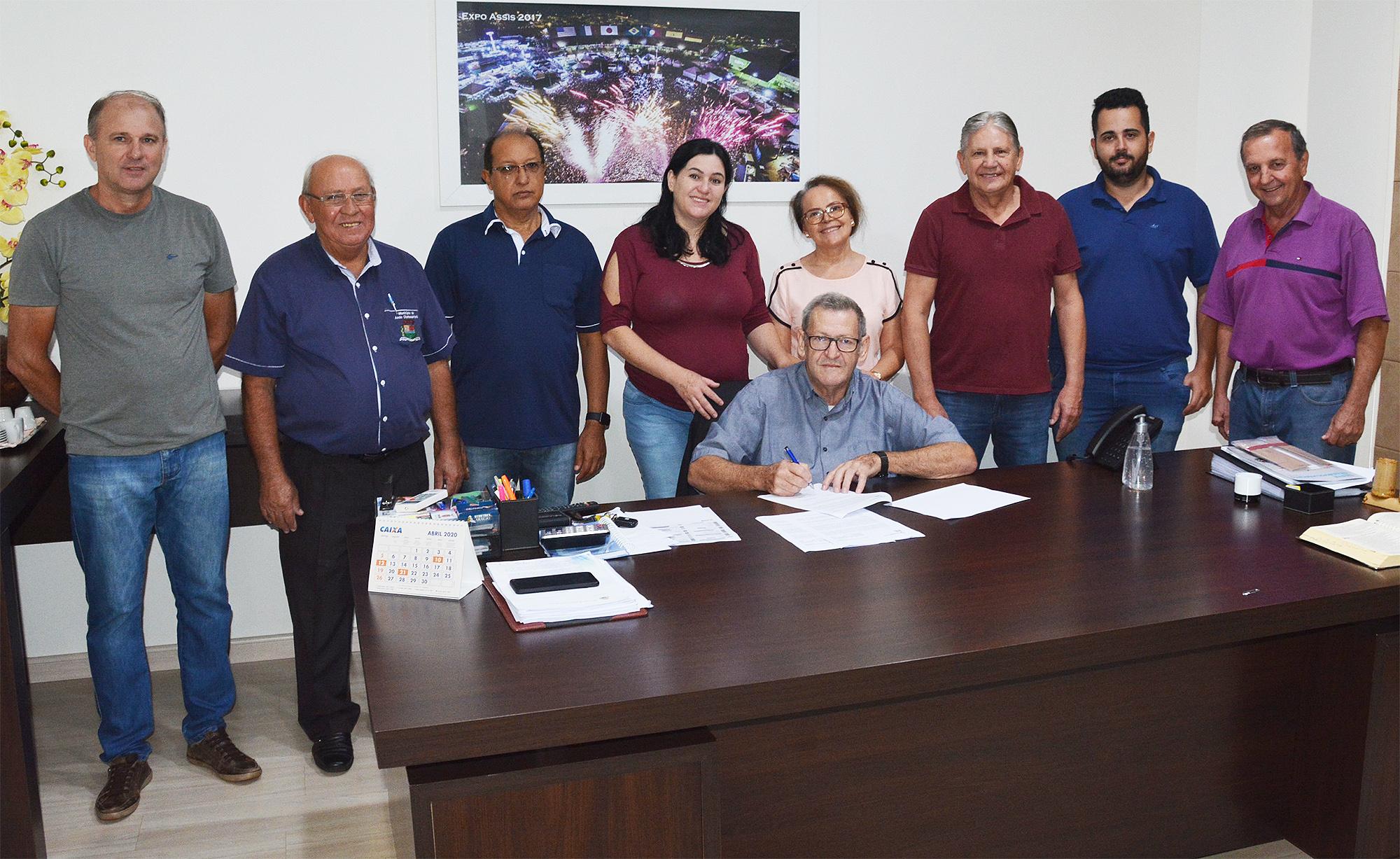 Pegoraro assina convênio de R$ 5,9 milhões para pavimentação no interior