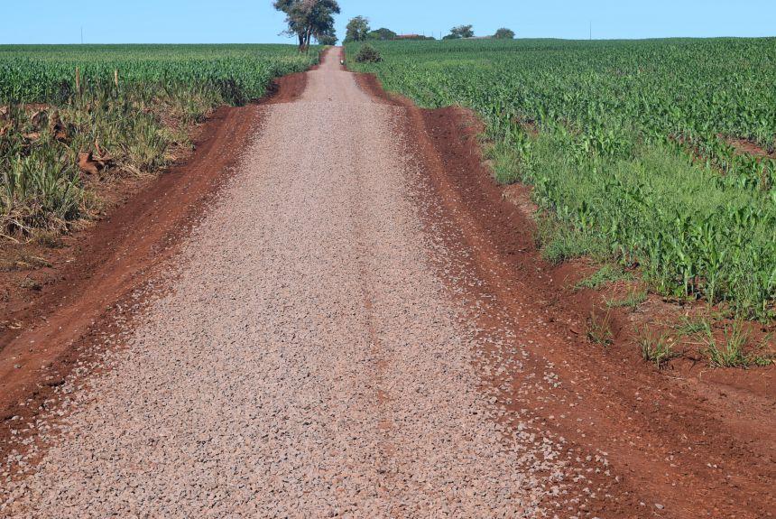 Agricultura continua melhorando as estradas do município