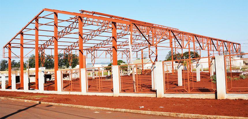 Quadra poliesportiva coberta também está sendo construída