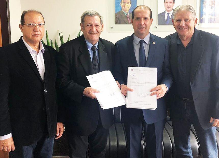 Pegoraro entrega projeto a Micheletto para obras no interior de Assis
