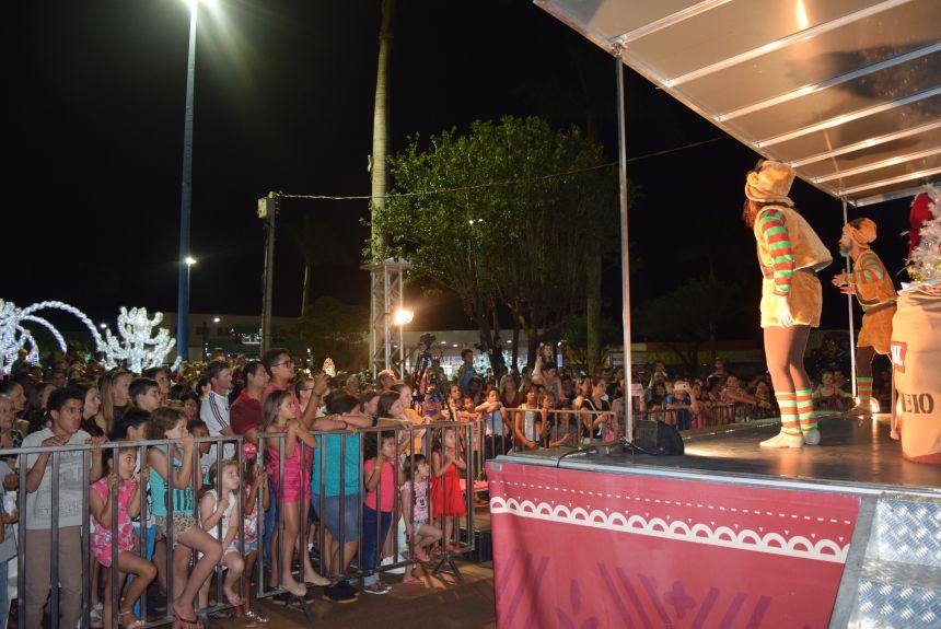 Natal Encantado do Paraná reúne multidão na Praça dos Pioneiros