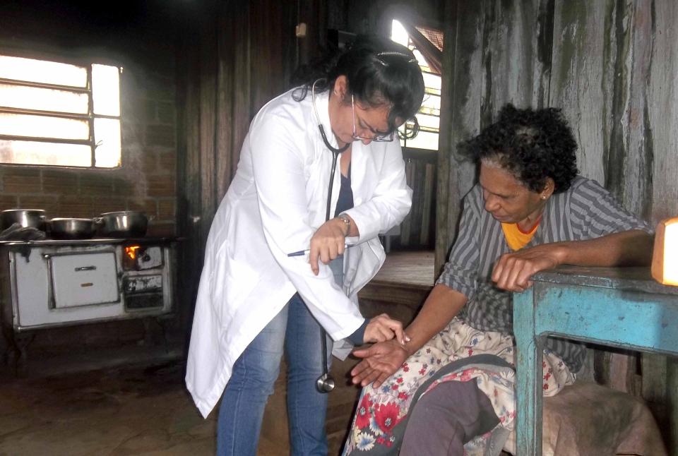 Médica acompanha de perto os pacientes mais necessitados