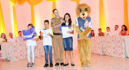 Mais de 400 alunos da rede municipal se formam no Proerd
