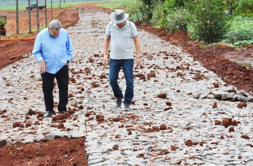 Prefeito acompanha obra de calçamento poliédrico no São Cosme