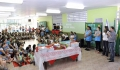 Momento em que o prefeito entrega oficialmente o material as crianças da Escola Municipal José Paschoal de Paula.
