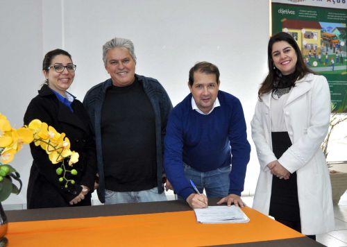 Município recebe concessão definitiva de três micro-ônibus