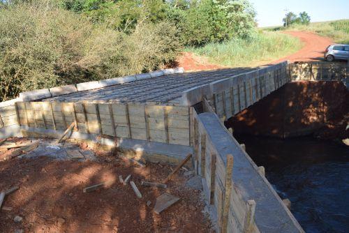 Serviços de solo brita, adequação e construção de pontes não param em Assis