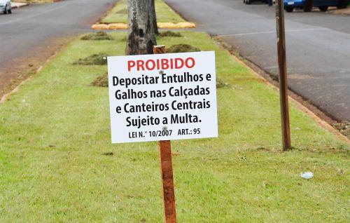 Prefeitura alerta da proibição de galhos e entulhos em canteiros