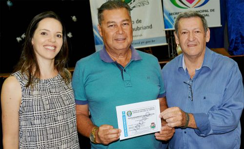 Assis entrega quase 300 novas Carteiras do Idoso e Vagas de Estacionamento