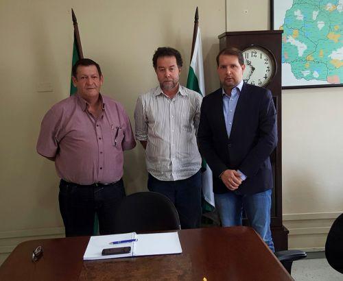 As autoridades foram recebidas pelo Diretor de Recursos Hídricos, Iran de Rezende