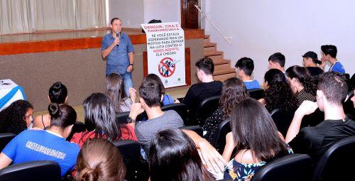 Mobilização contra a dengue: Saúde orienta alunos sobre prevenção à doença