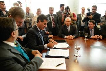 Momento em que o Governador assinou a liberação do recurso