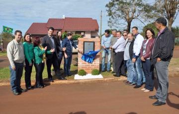 Momento do descerramento da placa inaugural do asfalto do Patrimônio do Engenheiro Azaury, obra custou aproximadamente R$ 231 mil