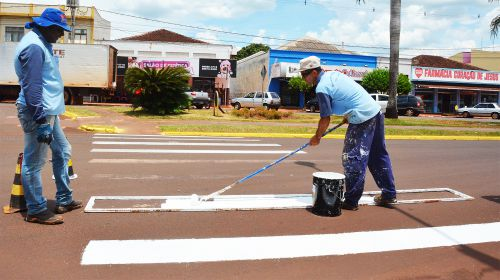 Pintura de faixas garante mais segurança aos pedestres