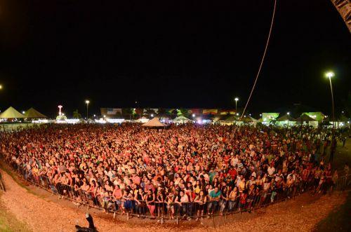 Jads e Jadson levam mais de 30 mil pessoas na abertura da Expo Assis 2015