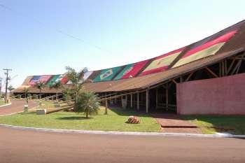 Bandeiras podem ser vistas de longe, no alto do pavilhão de festas