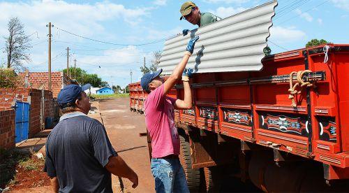 Caminhões foram às casas para a distribuição das telhas
